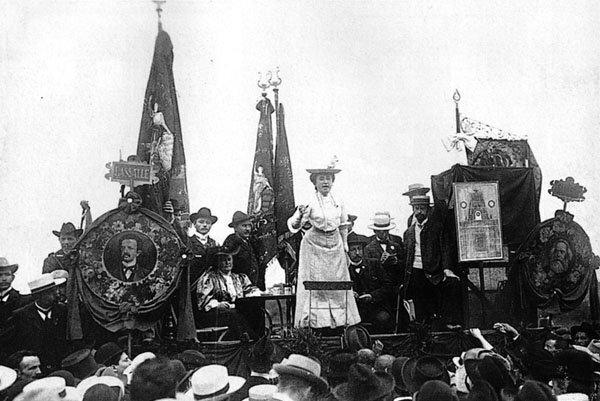 Rosa Luxemburg dando un discurso en 1907 (wikipedia)