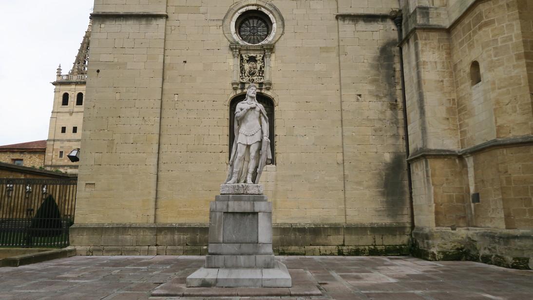 Don Pelayo frente a la Catedral de Oviedo