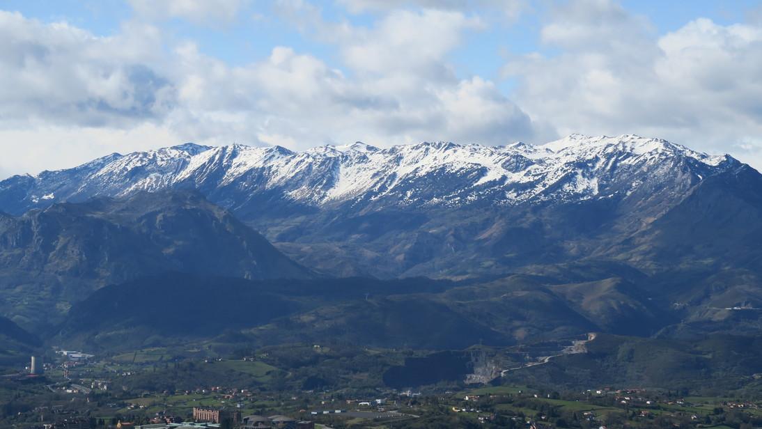 Oviedo y Los Picos de Europa desde el Monte Naranco.