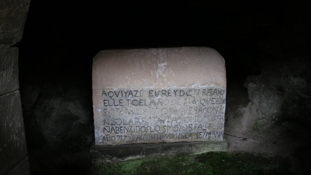 Tumba de don Pelayo en la Santa Cueva de Covadonga.