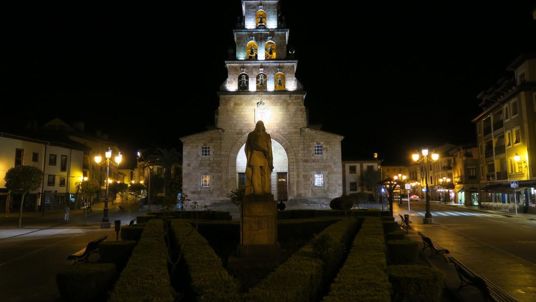 Otro don Pelayo frente la iglesia de Santa María.