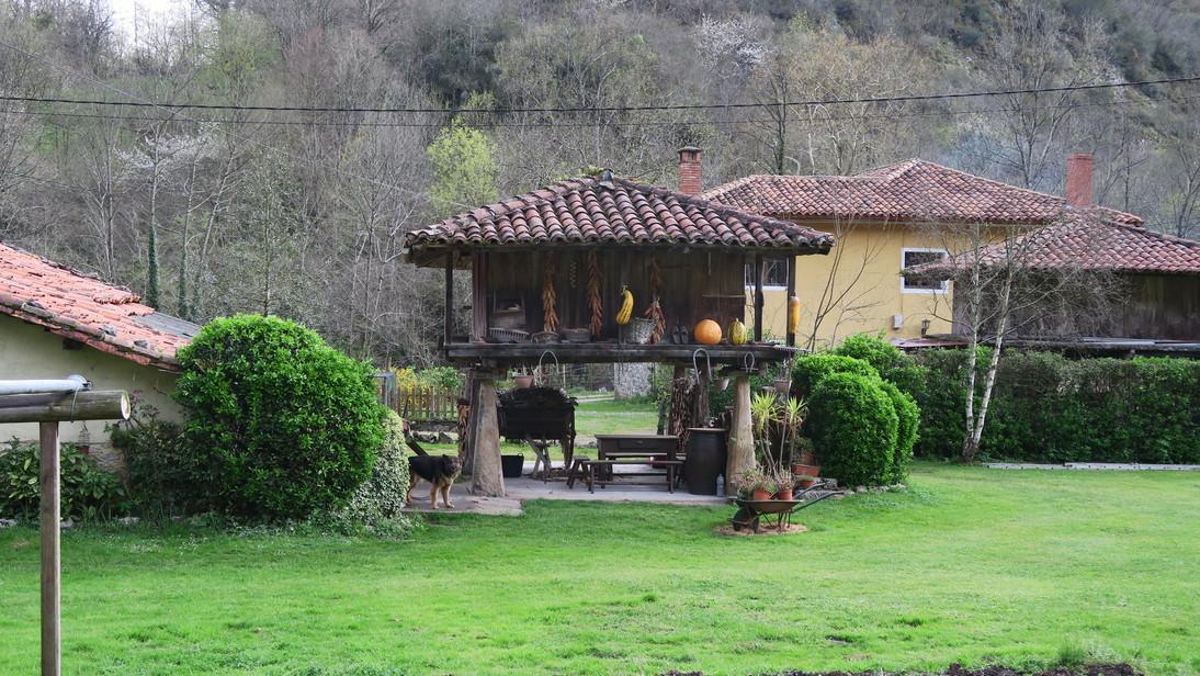 Hórreo de madera en una aldea de Cangas de Onís.