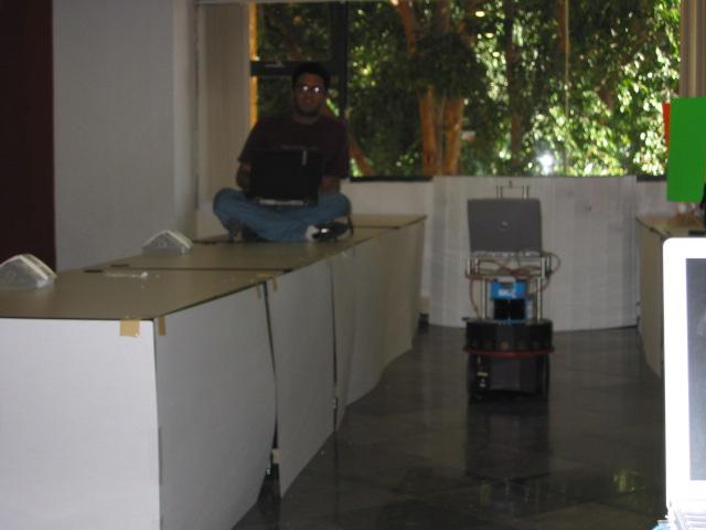 Yo teleoperando el robot para la construcción de su mapa.