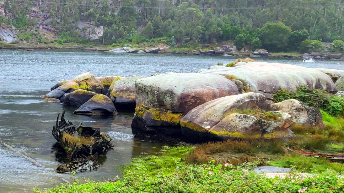 Restos de un bote en el río Ézaro.