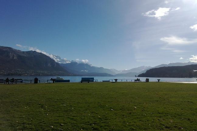 Sur le lac d'Annecy et les Alpes