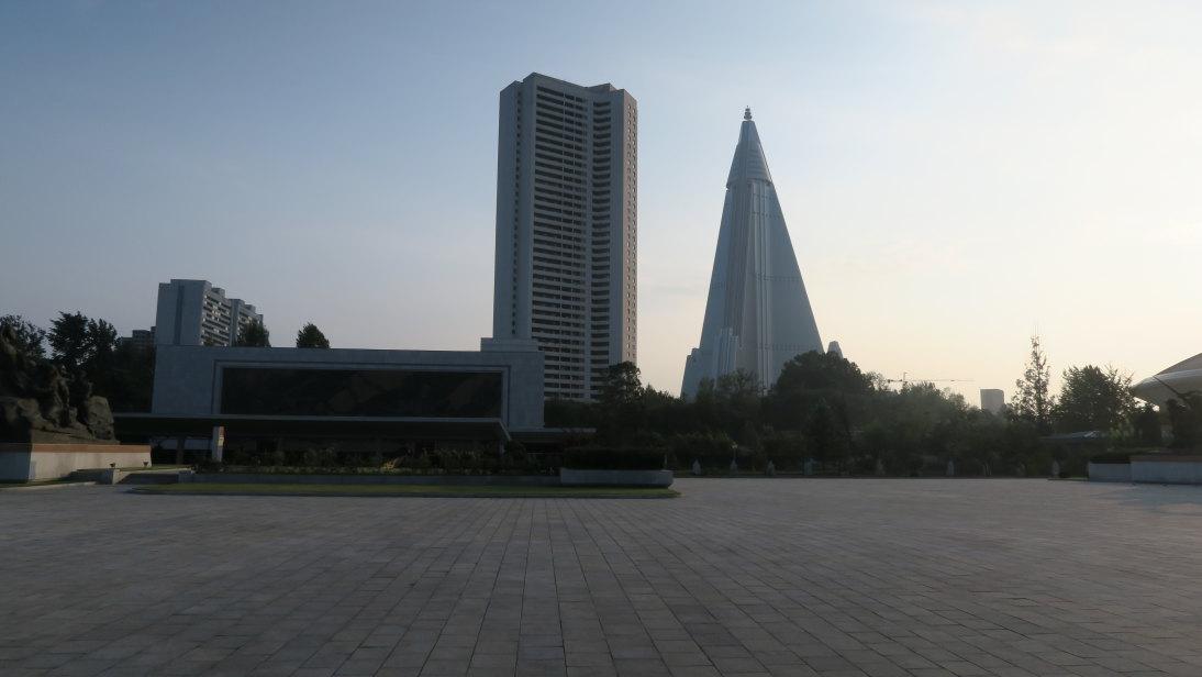 Museo de la Guerra Victoriosa y hotel Ryugyong al fondo.