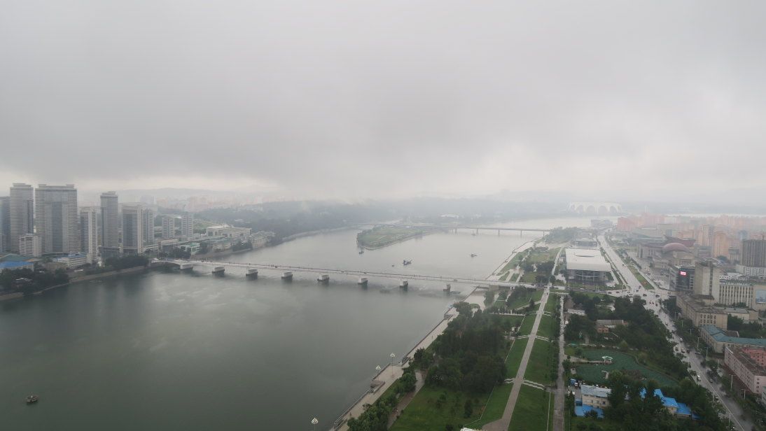 Vista del río Taedong dese la Torre Juche.