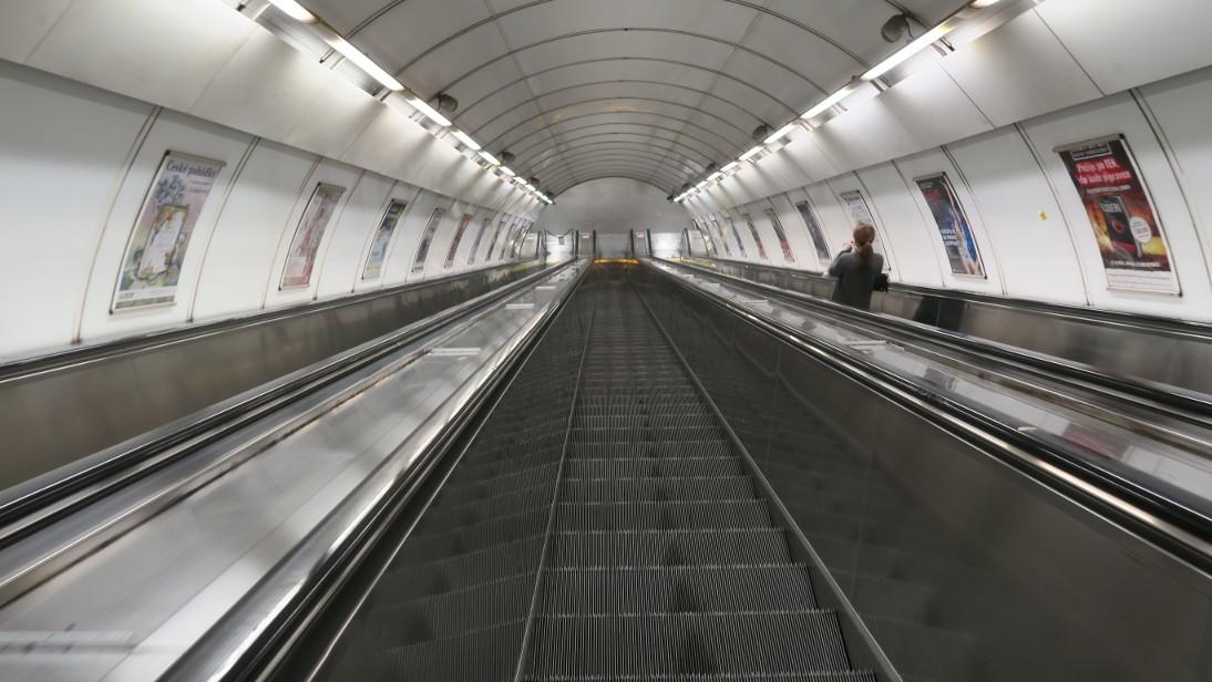 Escalera mecánica del metro de Praga.