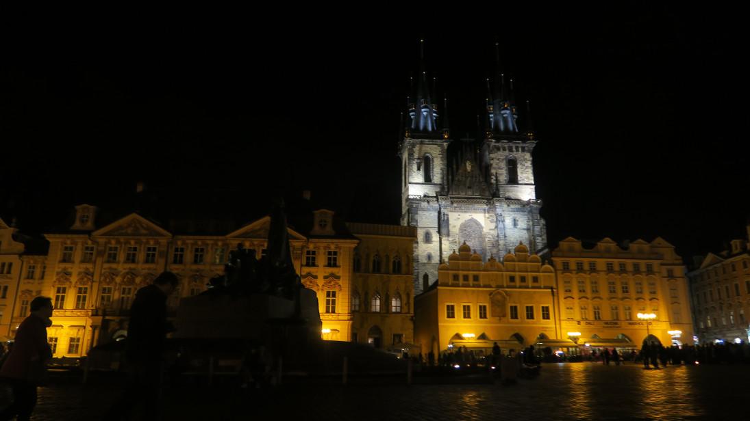 Plaza de la Ciudad Vieja, Iglesia de Nuestra Señora en frente del Týn y Monumento a Juan Hus.