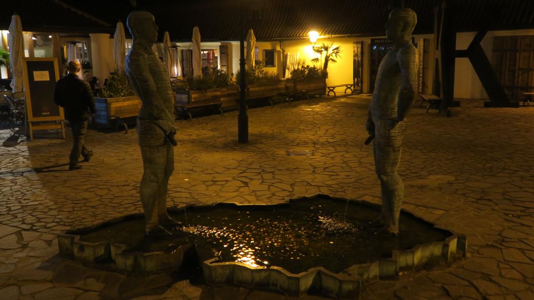 Estatuas orinando en el museo de Kafka, de David Černý.