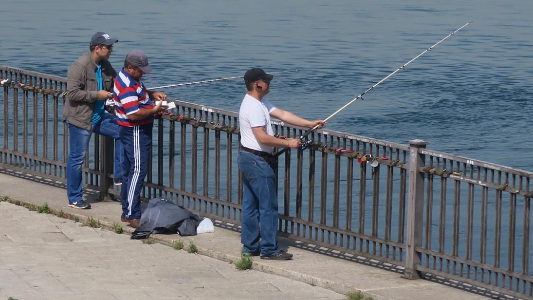 Pescadores a la orilla del río Angará.
