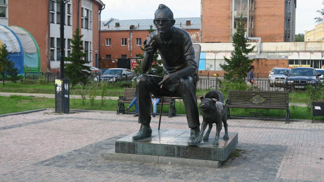 Estatua en la plaza del Circo de Irkustk.