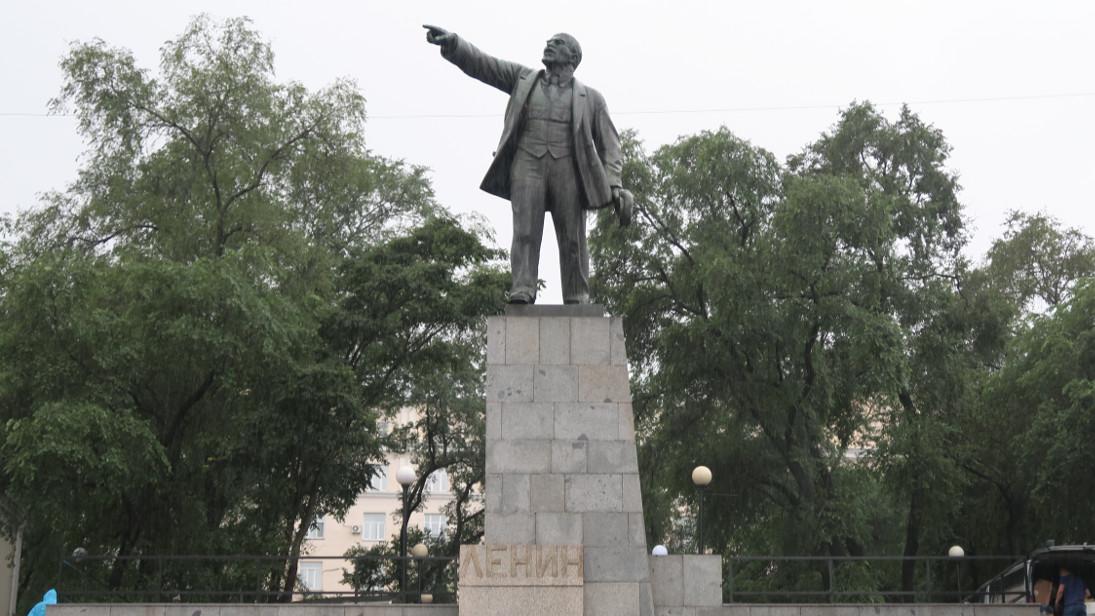Lenin en Vladivostok señalando hacia Japón.