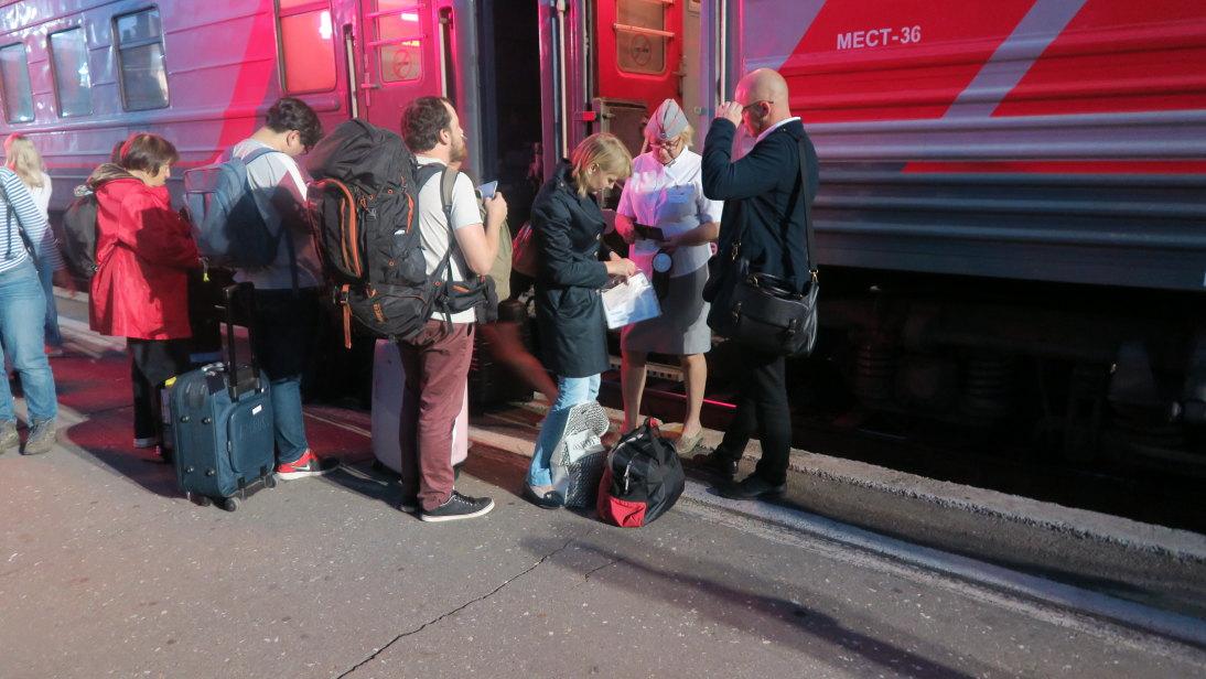 Abordando el tren.