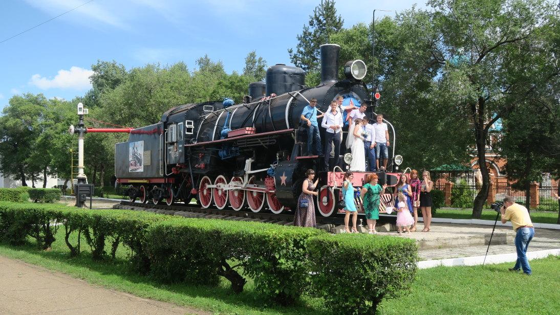 Foto de boda sobre tren antiguo en la estación de Ружино (Ruzhino).