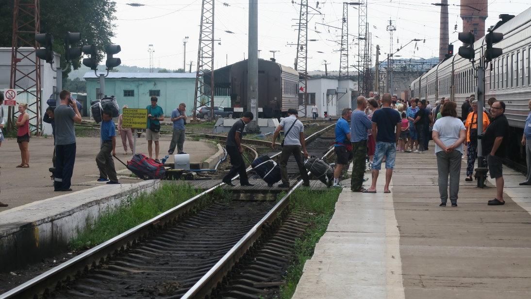 Gente subiendo y bajando al tren.