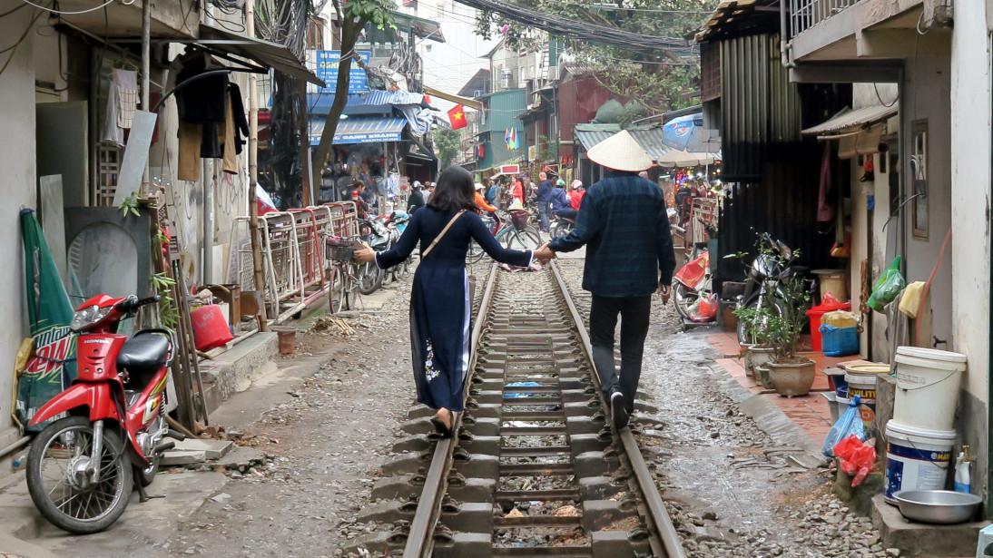 Ritos en la calle del tren en Hà Nội.