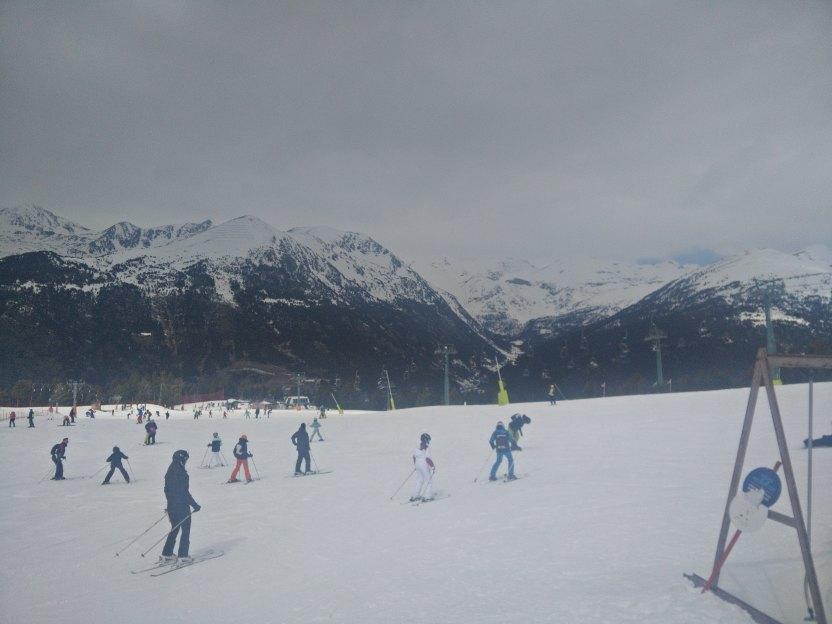 esquiando en la tarde mientras neva