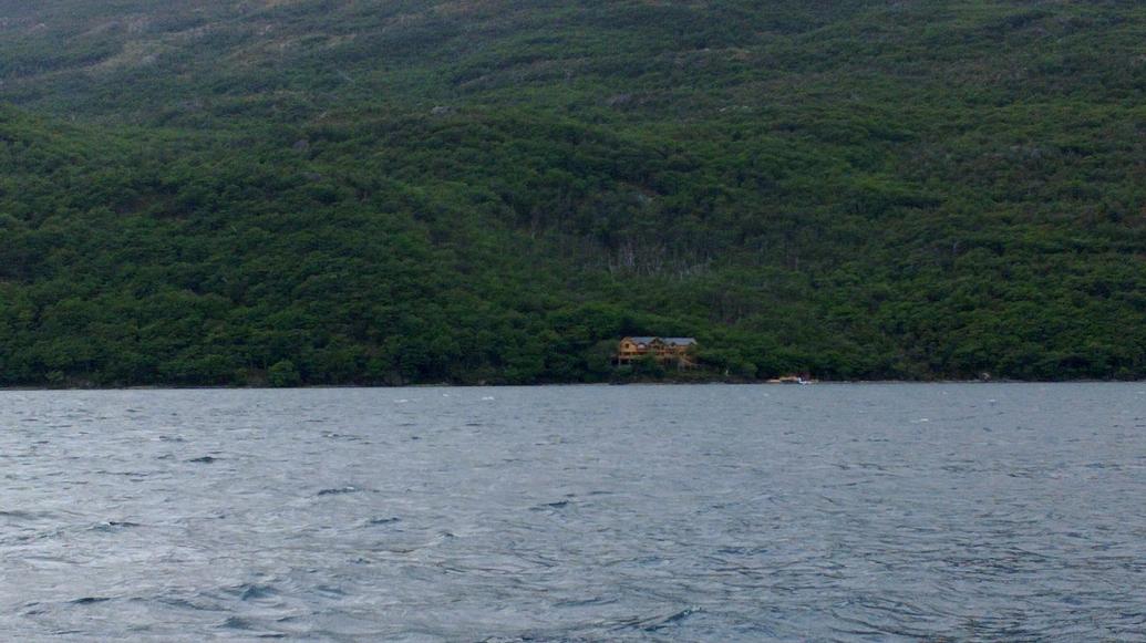 Un pequeño, aislado y lujoso hotel a la orilla del lago.