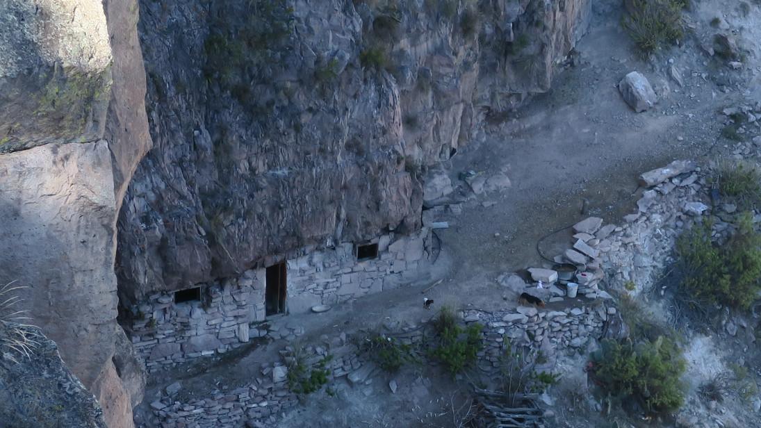 Casa construida dentro de una cueva