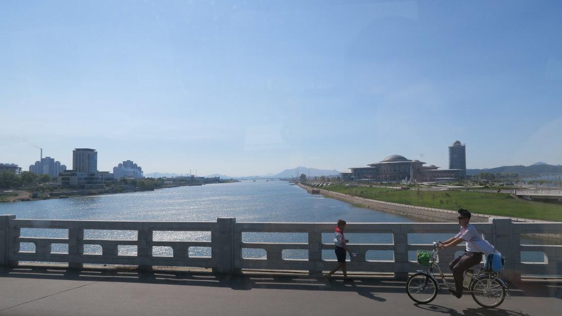 Puente, niño y ciclista.