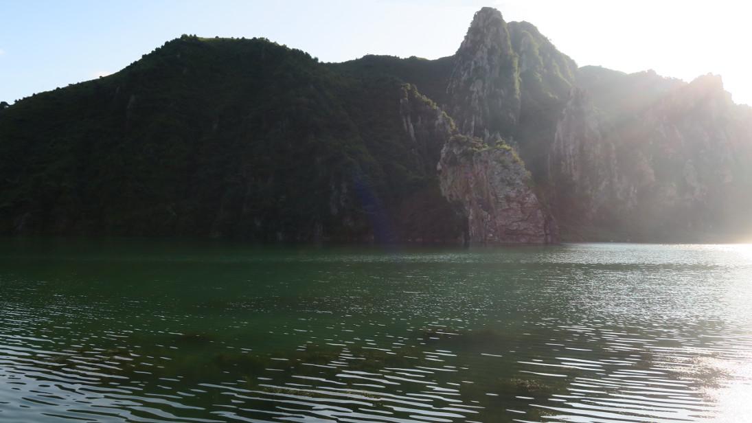 Lago y monte del parador.