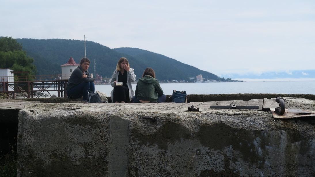 Mochileras francesas desayunando a orillas del Baikal.