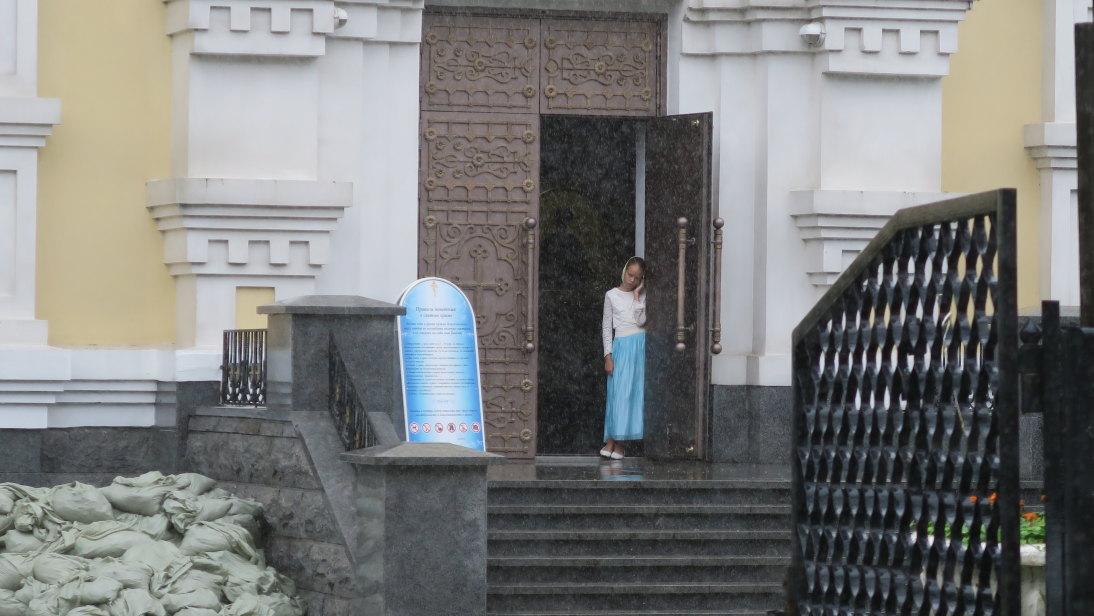 Niña portera de la Catedral de la Intercesión.