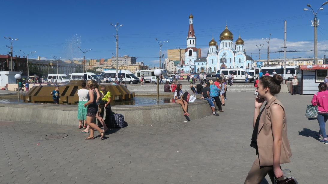 Plaza frente a la estación de tren en Чита (Chitá).