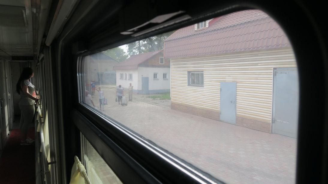 Chica viendo por la ventana.
